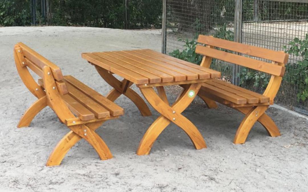 Fröhliche Schlüsselübergabe – drei schöne Holztischgarnituren vom Förderverein an Schule und SPB übergeben